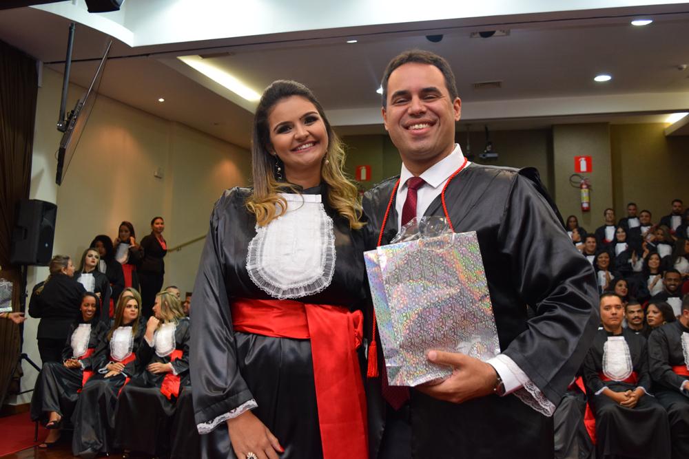 A aluna Stephaine Ferreira Santos faz homenagem ao professor Flávio Avellar Freitas