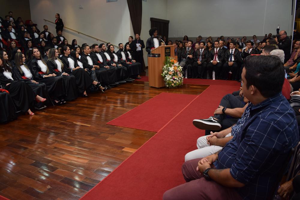 A aluna Lindianara Gonçalves dos Santos faz homenagem aos pais