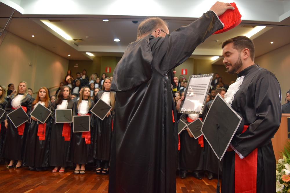 O reitor da Dom Helder, Paulo Stumpf, confere grau ao bacharel Luis Hernandes Matos Leite
