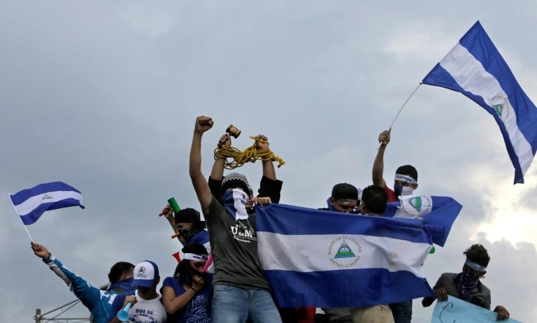 Manifestantes antigovernamentais participam de manifestação pedindo a renúncia do presidente Daniel Ortega e da primeira-dama e vice-presidente, Rosario Murillo, em Manágua, 26 de maio de 2018