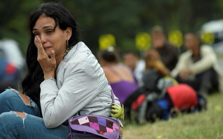 Imigrante venezuelana chora em estrada entre Cúcuta e Pamplona, na Colômbia