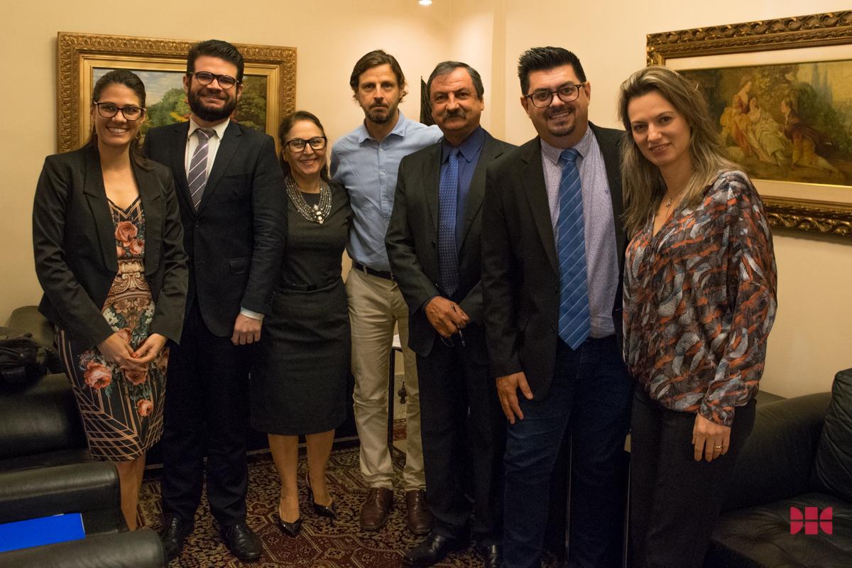 Pró-reitora de Pesquisa, Beatriz Souza Costa (centro) e a Comissão Externa de Avaliação da V Mostra Científica da Dom Helder.