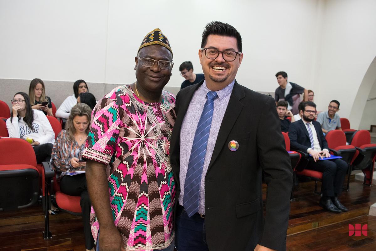 Pró-reitor de Pós-Graduação, professor Kiwonghi Bizawu e o professor Wagner de Oliveira Rodrigues (UESC).