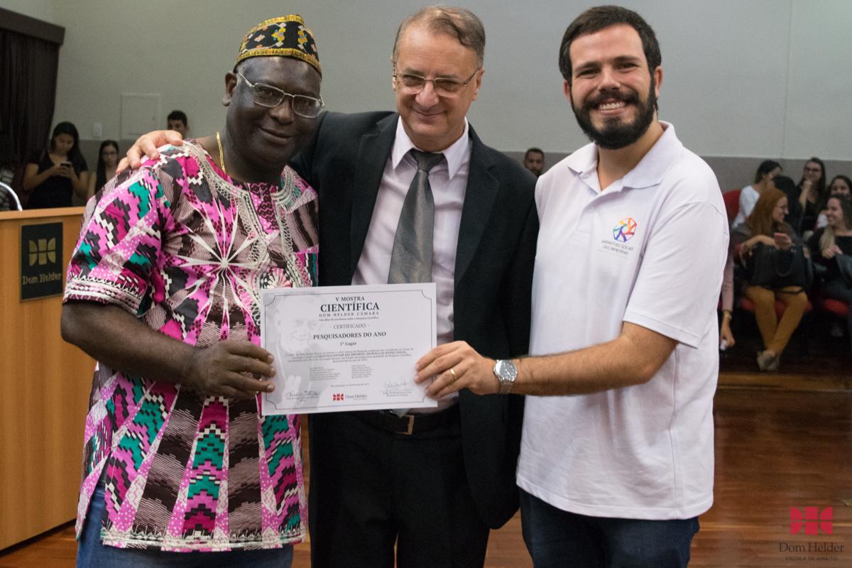 Reitor da Dom Helder, Paulo Stumpf, SJ, entrega certificado para os professores Kiwonghi Bizawu e Thiago Loures, durante a V Mostra Científica.