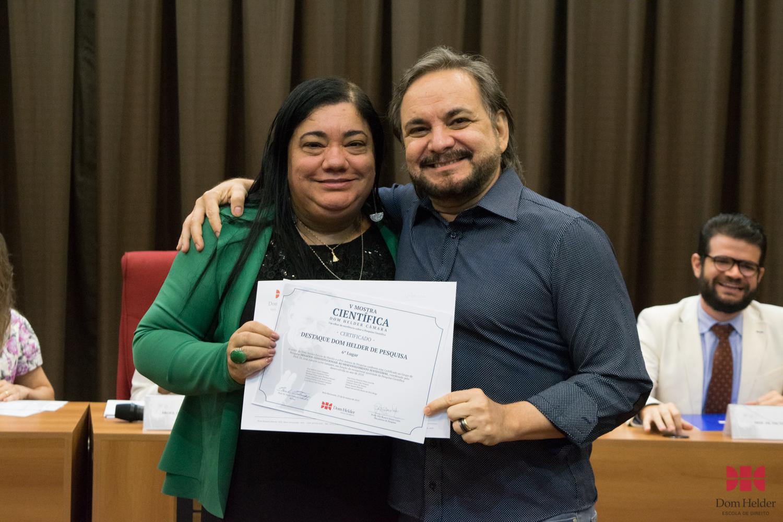 Valdênia Geralda de Carvalho entrega prêmio de 6º lugar: Desafios Constitucionais ao Desenvolvimento Sustentável: Análise Crítica da Jurisprudência do Supremo Tribunal Federal Líder: José Adércio Leite Sampaio