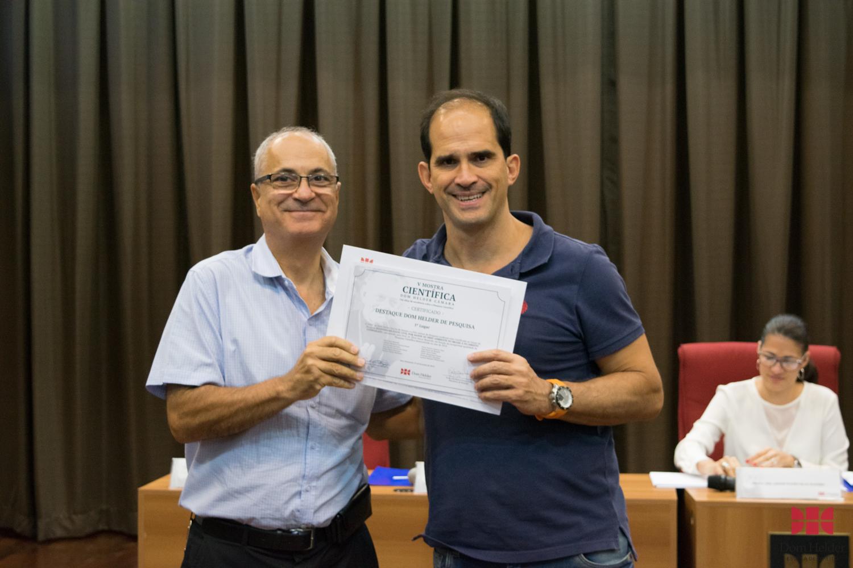 Êstévão D' Ávilla entrega prêmio de 5º lugar: Responsabilidade Civil por Danos ao Meio Ambiente no Brasil e no Direito Comparado Líder: Elcio Nacur Rezende