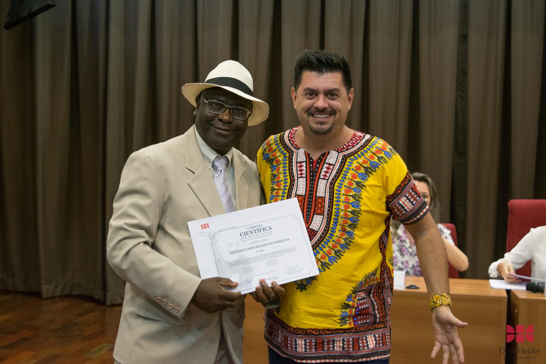 Valter Moura do Carmo entrega prêmio de 4º lugar: Direito dos Animais, Economia, Cultura, Sustentabilidade e Desafios da Proteção Internacional Líder: Kiwonghi Bizawu.