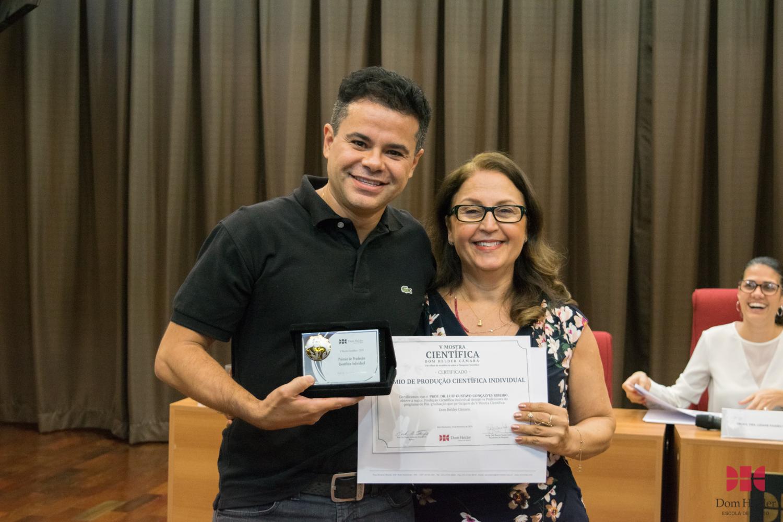 Pró-Reitora de Pesquisa, Beatriz Souza Costa entrega prêmio de destaque individual ao professor Luiz Gustavo Gonçalves Ribeiro,  V Mostra Científica premia grupos de pesquisa da Pós-Graduação da Dom Helder.
