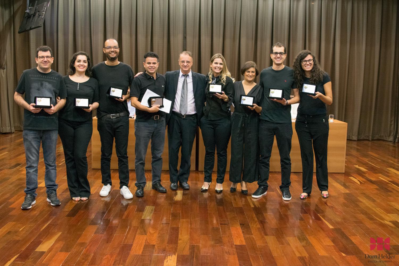 Reitor da Dom Helder, Paulo Stumpf, SJ, entrega o prêmio máximo da V Mostra Científica.