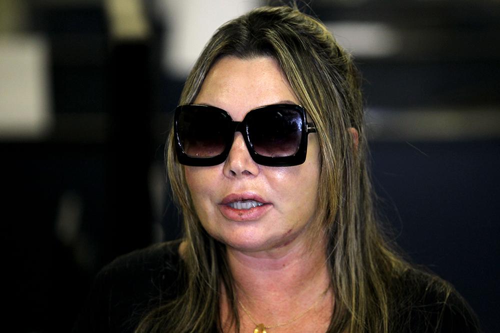 A paisagista Elaine Caparroz, agredida durante quatro horas, fala à imprensa na 16ª DP, na Barra da Tijuca, zona oeste do Rio de Janeiro, após prestar depoimento no começo da tarde desta segunda-feira, 25 de fevereiro de 2019.