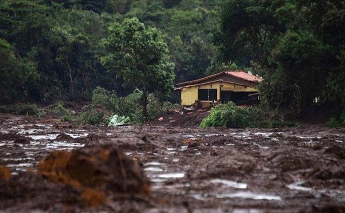 Casa atingida por lama de rejeitos na região de Brumadinho.