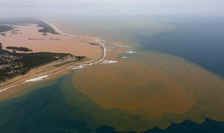Foto aérea mostra o Rio Doce inundado com lama após o rompimento de barragens da mineradora Samarco