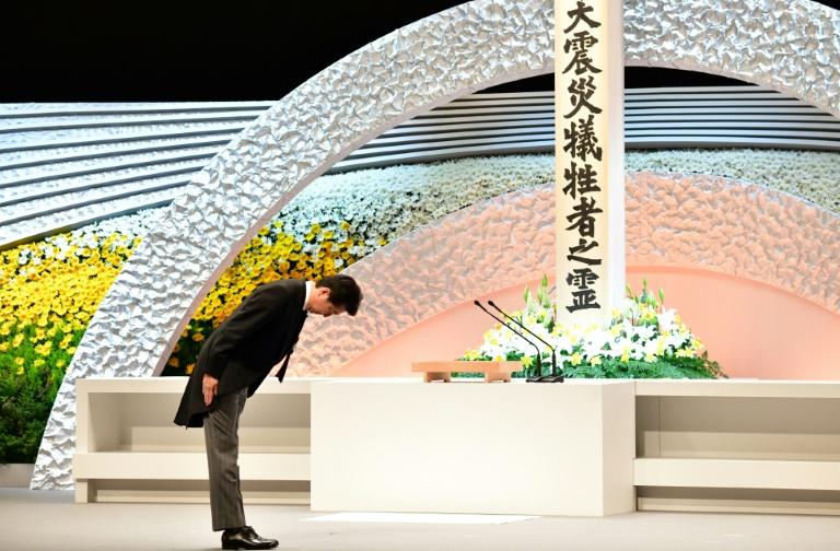 O premier Shinzo Abe participa em Tóquio de homenagem às vítimas do terremoto e tsunami de 2011