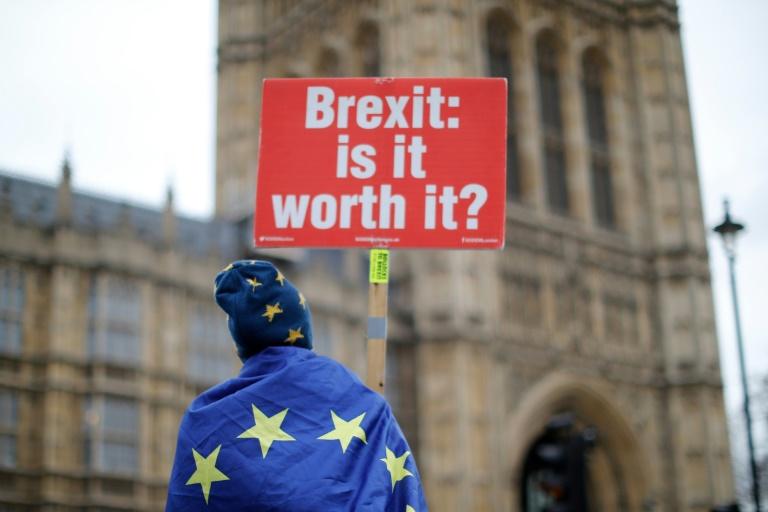 Manifestante protesta contra o Brexit, em frente ao parlamento britânico.
