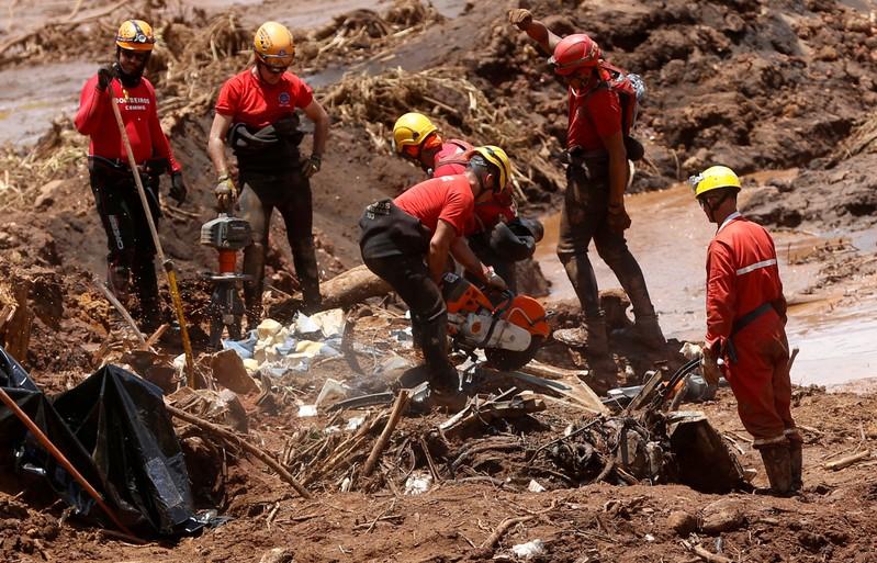 A onda de lama liberada pelo rompimento da barragem também devastou boa parte da cidade de Brumadinho.