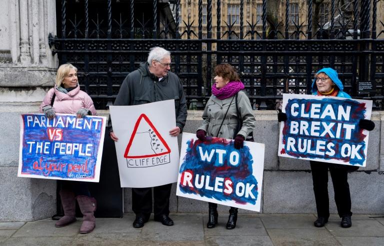 Partidários do  Brexit exibem cartazes em frente ao Parlamento britânico em 12 de março de 2019