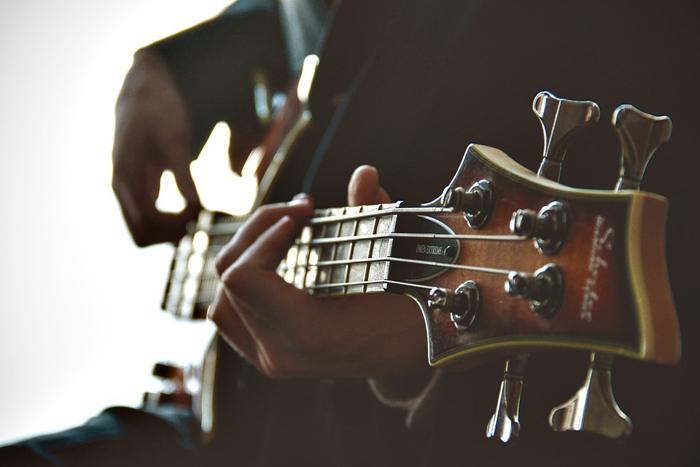 A programação com música ao vivo acontece de quinta a sábado.