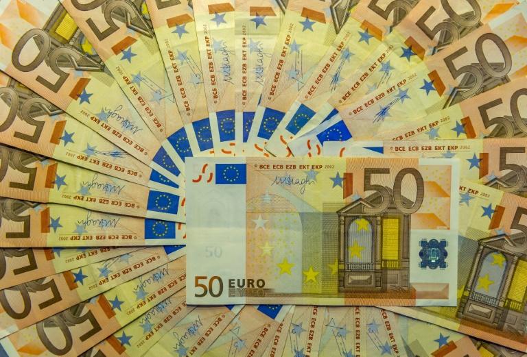 Os moradores de um pequeno vilarejo espanhol estão atônitos: há uma semana, um benfeitor anônimo deixa envelopes com dinheiro nas caixas de correio ou sob as portas das casas