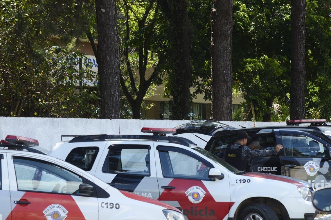 A Polícia Militar informou que dois jovens armados e encapuzados invadiram a Escola Estadual Raul Brasil e dispararam contra os alunos.