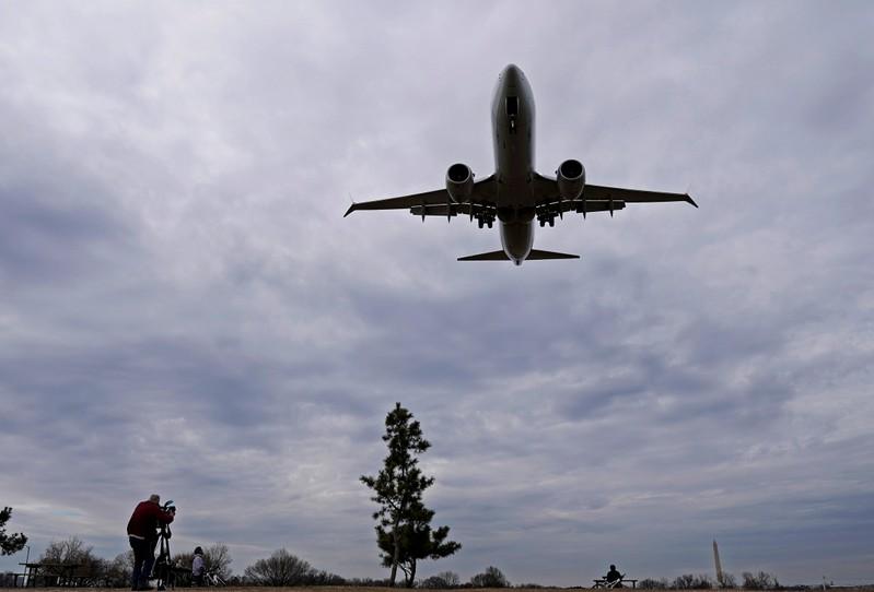 A decisão vem após a queda de uma aeronave do modelo operada pela Ethiopian Airlines, no domingo.