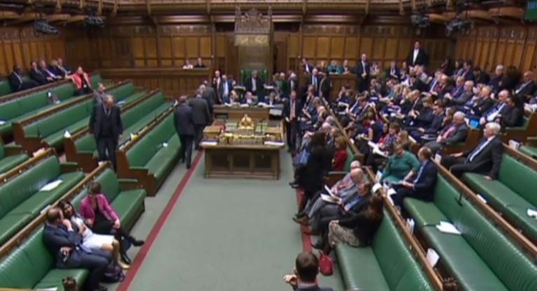 Uma captura de vídeo a partir de imagens transmitidas pela Unidade de Gravação Parlamentar (PRU) do Parlamento do Reino Unido mostra a Câmara dos Deputados em Londres em 14 de março de 2019
