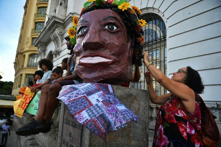 Marielle era uma firme defensora dos direitos dos jovens negros, das mulheres, da comunidade LGBT, e crítica com a violência policial nas favelas do Rio.