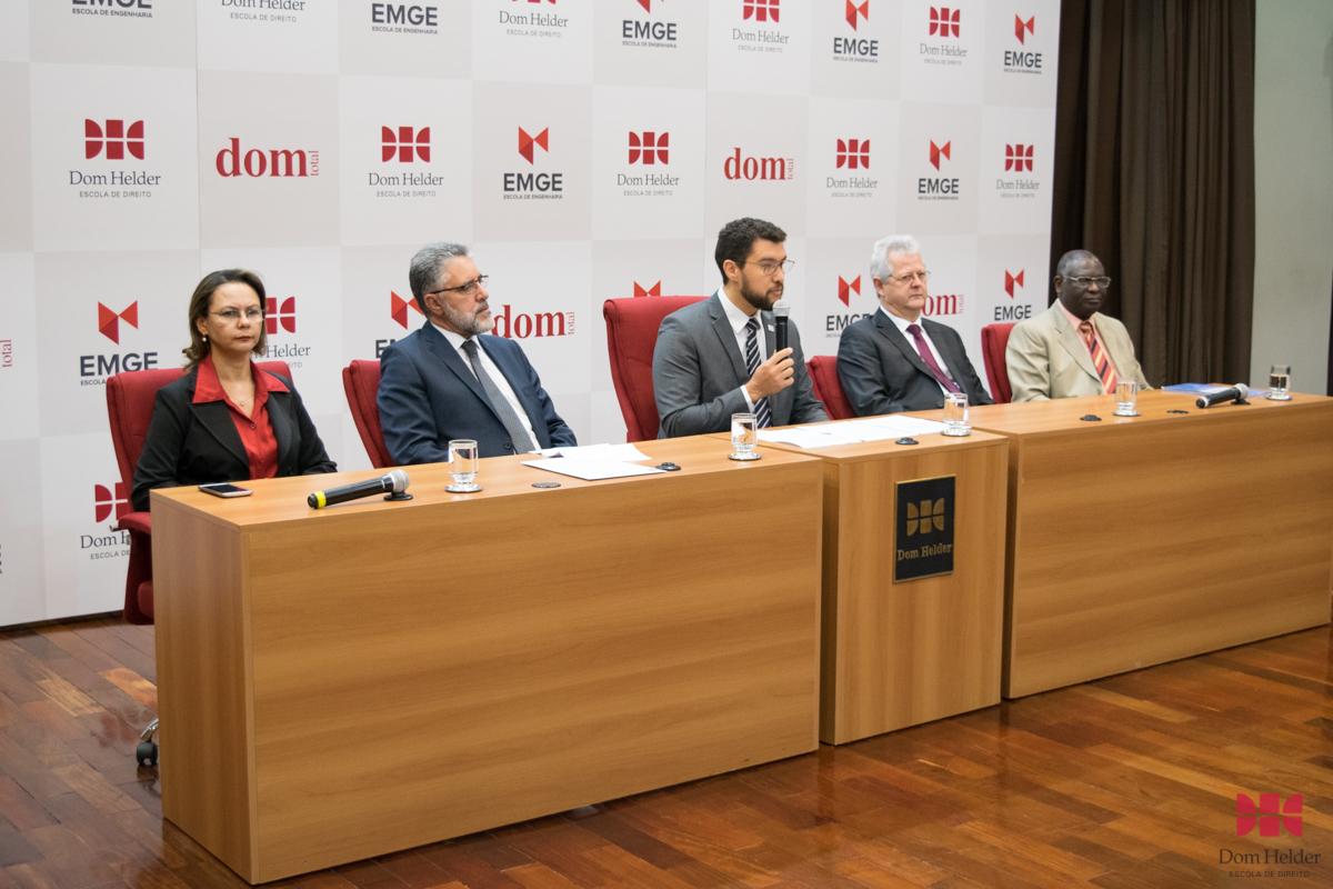 Mesa solene com a pró-reitora de Ensino, Roberto Khatlab (USEK), reitor da EMGE, Franclim Jorge Sobral de Brito, pró-reitor de Extensão, Francisco Haas e o pró-reitor de Pós-Graduação, Kiwonghi Bizawu.