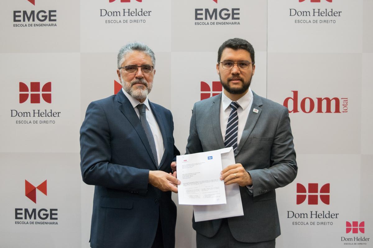 Roberto Khatlab (USEK) e o reitor da EMGE e coordenador do Direito Integral da Dom Helder, Franclim Jorge Sobral de Brito, assinam convênio.