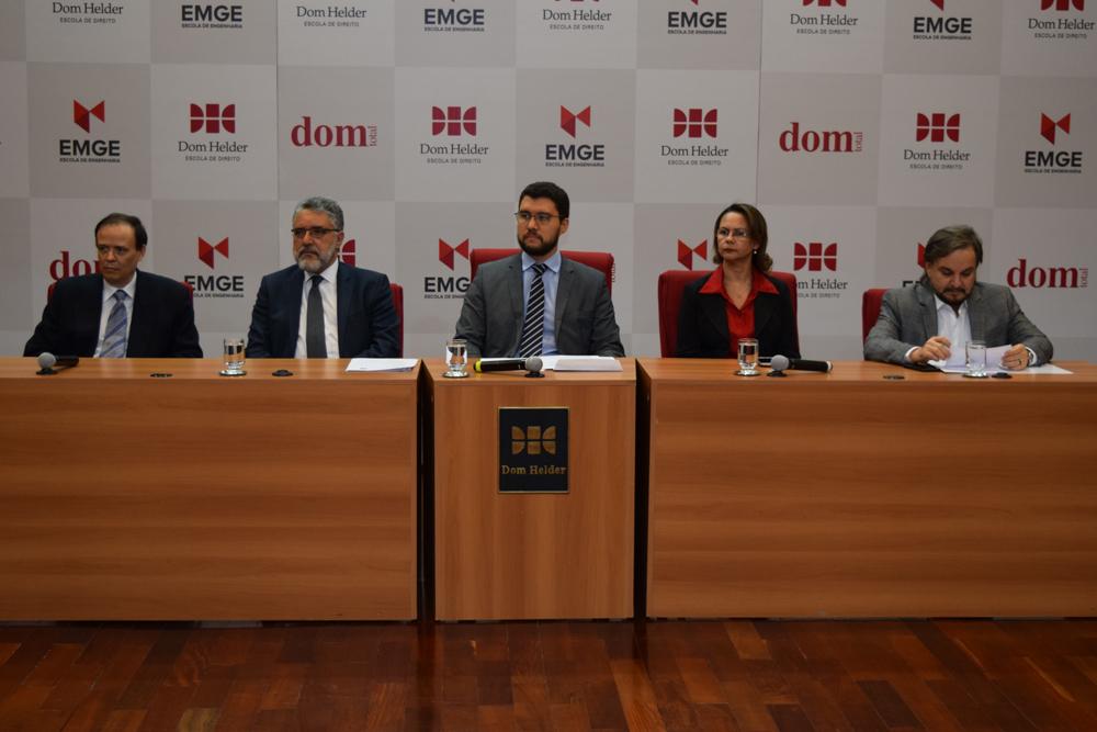 O pró-reitor de pesquisa Jose Antonio, o convidado Roberto Khatlab, o reitor da EMGE, Franclim Brito, e a pró-reitora de ensino Anacélia Santos Rocha