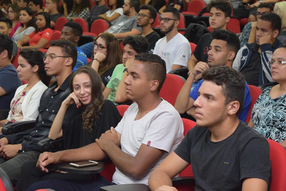 Alunos da Dom Helder e da EMGE assistem a aula magna no auditório da Instituição