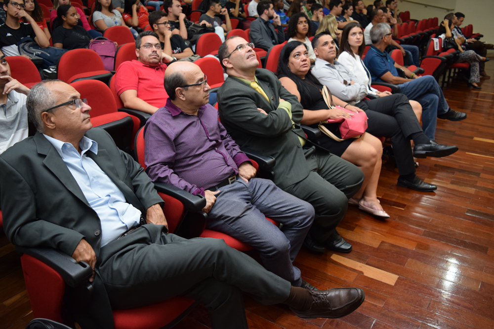 Corpo docente e técnico-administrativo durante a aula magna