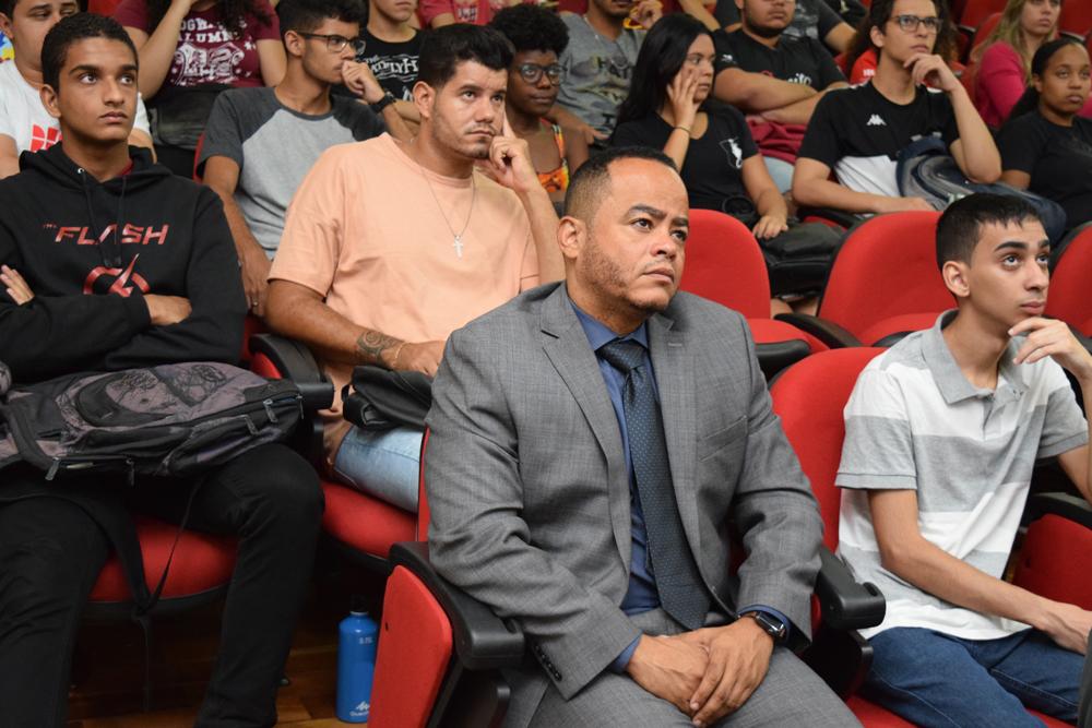 O coordenador do NEP, Rogério Vieira e alunos das Instituições