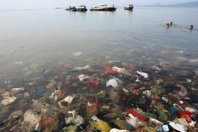 O mundo produz anualmente mais de 300 milhões de toneladas de plástico, e há 5 trilhões de peças de plástico boiando nos oceanos