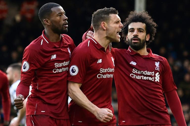 O meia inglês do Liverpool James Milner comemora o segundo gol da equipe na vitória de 2 a 1 sobre o Fulham no Craven Cottage em Londres
