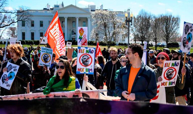 Manifestantes protestam em frente a Casa Branca contra a visita de Jair Bolsonaro aos EUA.