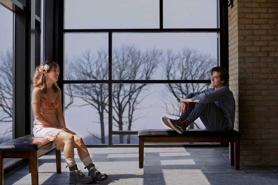 Em A Cinco Passos de Você, Will (Cole Sprouse) e Stella (Haley Lu Richardson) vivem um amor diferente, pois precisam ficar longe um do outro a uma distância de aproximadamente seis passos - que serão reduzidos para cinco no decorrer da história.