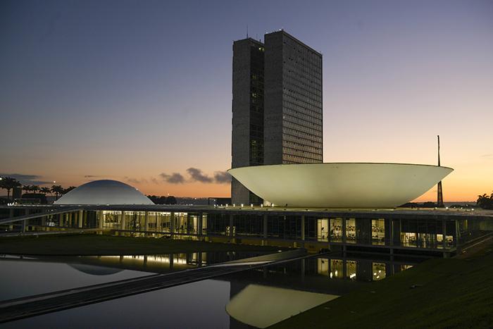 Com isso, o valor passível de destinação às emendas caiu de R$ 13,7 bilhões para R$ 10,8 bilhões, segundo o decreto. de Bolsonaro.