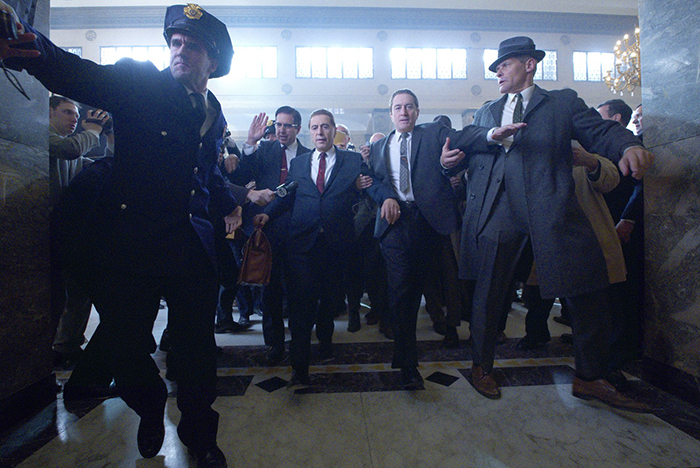 Ray Romano, Al Pacino e Robert De Niro em cena de 'O Irlandês'