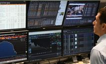 Corretor da bolsa de Londres acompanha a evolução do mercado, em novembro de 2019 (AFP/Arquivos)