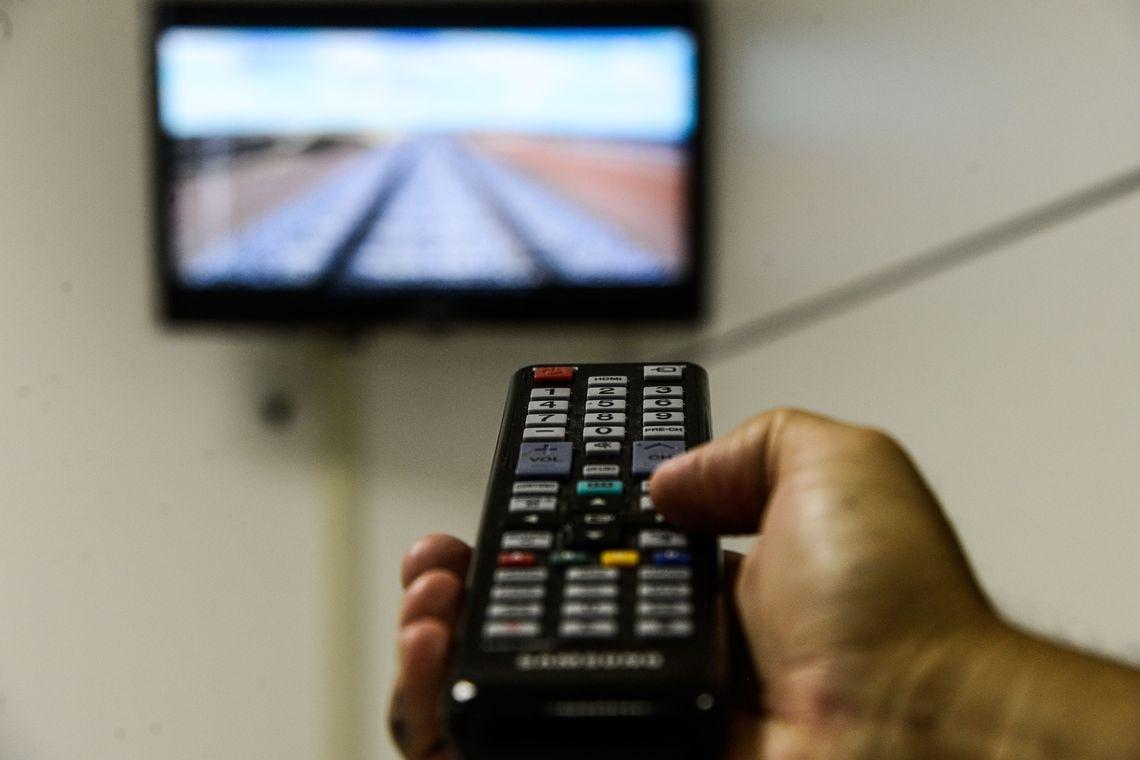 O eletrodoméstico mais presente na casa dos brasileiros é a televisão, que está em nada menos que 97,2% dos lares