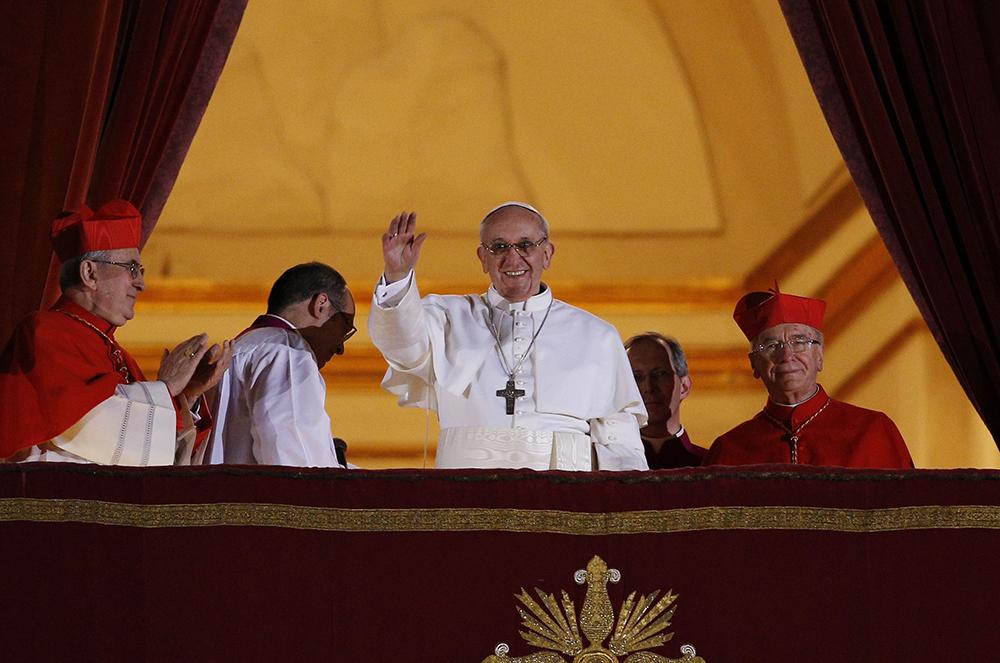 O papa Francisco aparece pela primeira vez na sacada central da Basílica de São Pedro, no Vaticano, no dia 13 de março. O cardeal Jorge Mario Bergoglio, da Argentina, foi eleito o 266º pontífice católico romano.