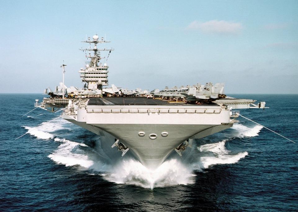 Ali em muitos de seus andares posso me ver extasiado ao avistar da quase cobertura um enorme navio militar cruzar o mar