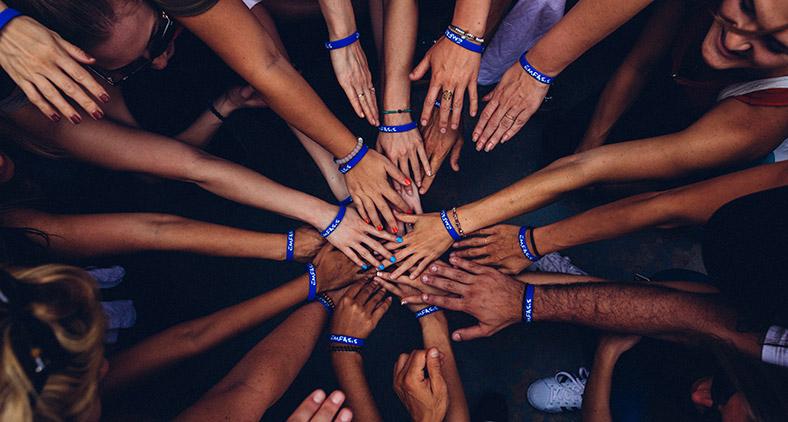 'Juntemos nossas vozes e demo-nos as mãos, assim ninguém nos poderá vencer'.