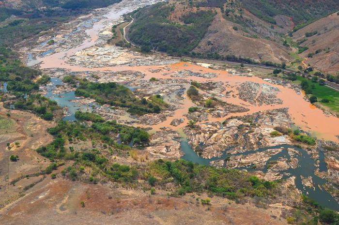 Imagem aérea mostra a lama no Rio Doce, na cidade de Resplendor, em MG.