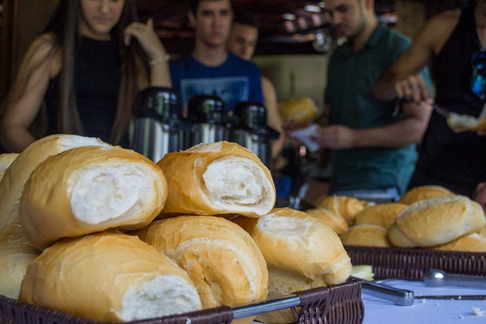 Durante o café da manhã, os participantes se alimentaram também da companhia dos amigos.