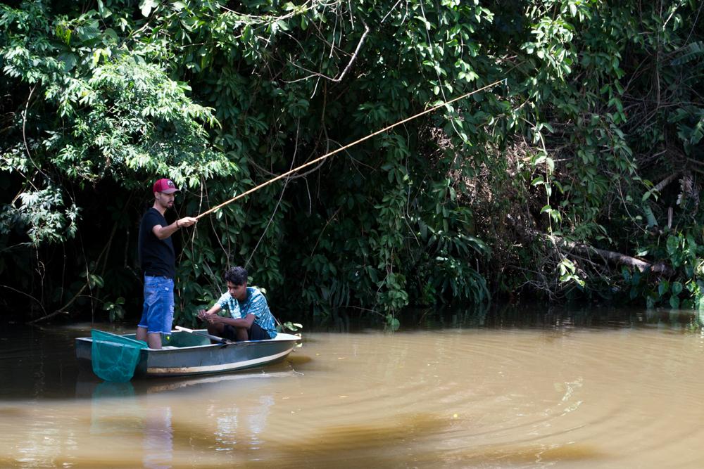 Estudantes pescaram o alimento para o almoço.
