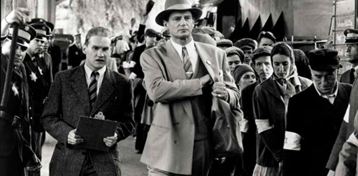Filmado em rigoroso preto e branco, o filme possui um detalhe em cor - uma menina de casaco vermelho.