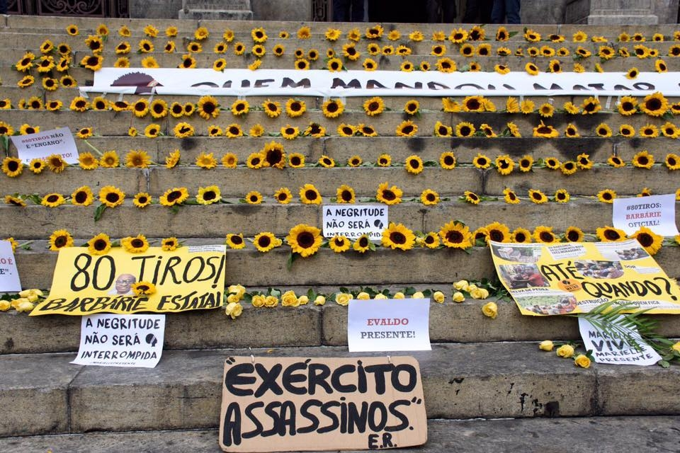 flores foram depositadas durante ato na Cinelândia, no Rio.