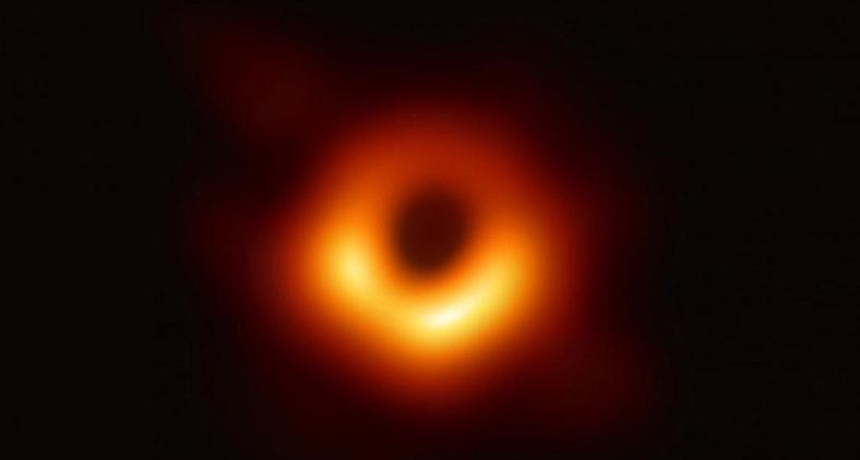 A imagem surgiu a partir de dois anos de análise computacional de observações de uma rede de radio telescópios chamada de Event Horizon Telescope. (Divulgação/Twitter National Science Foundation)