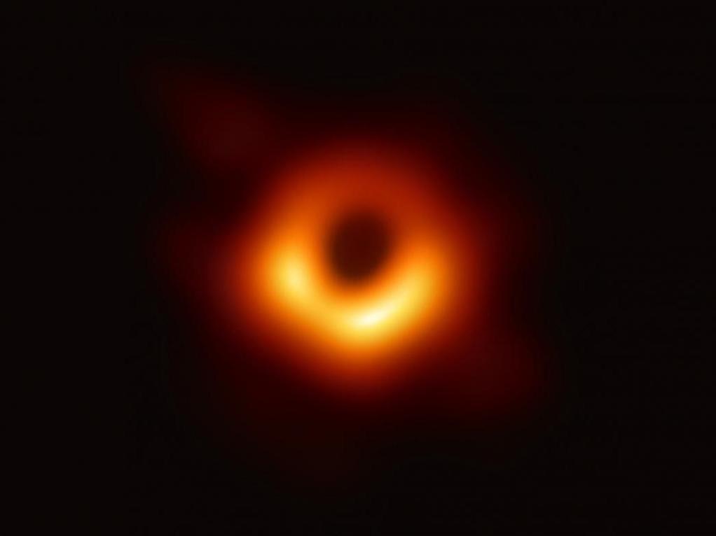 A imagem surgiu a partir de dois anos de análise computacional de observações de uma rede de radio telescópios chamada de Event Horizon Telescope.